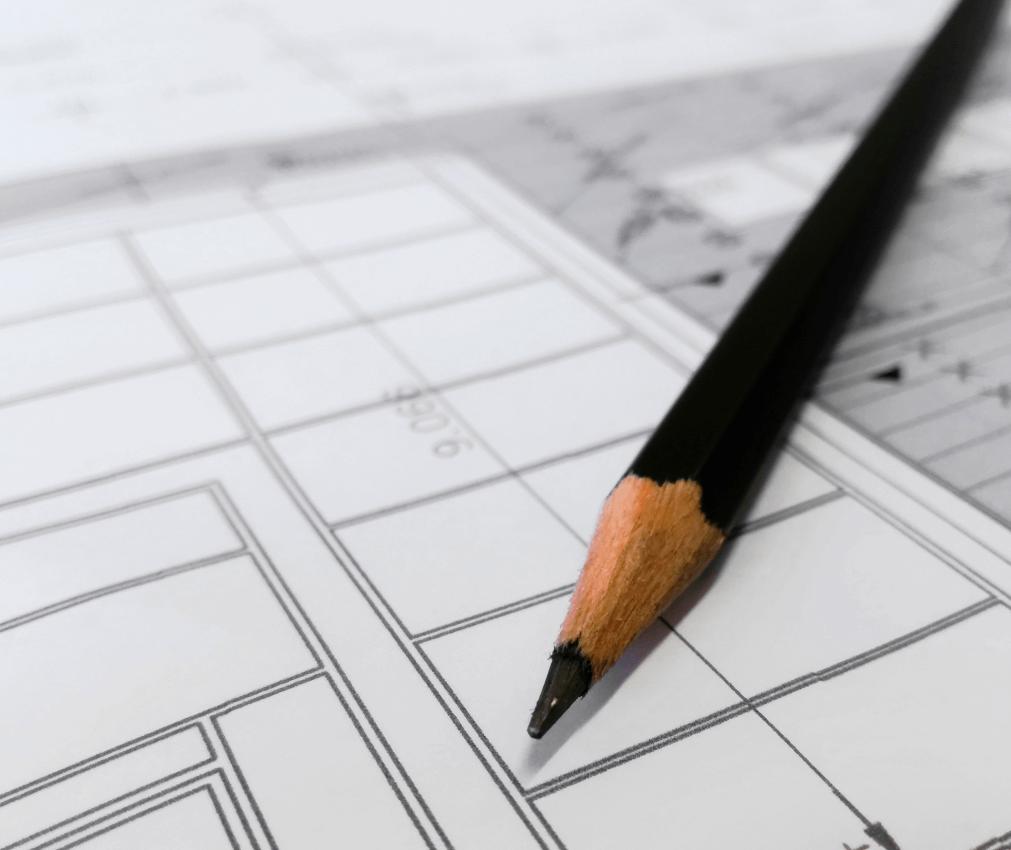 Zdjęcie ołówka i rysunku technicznego